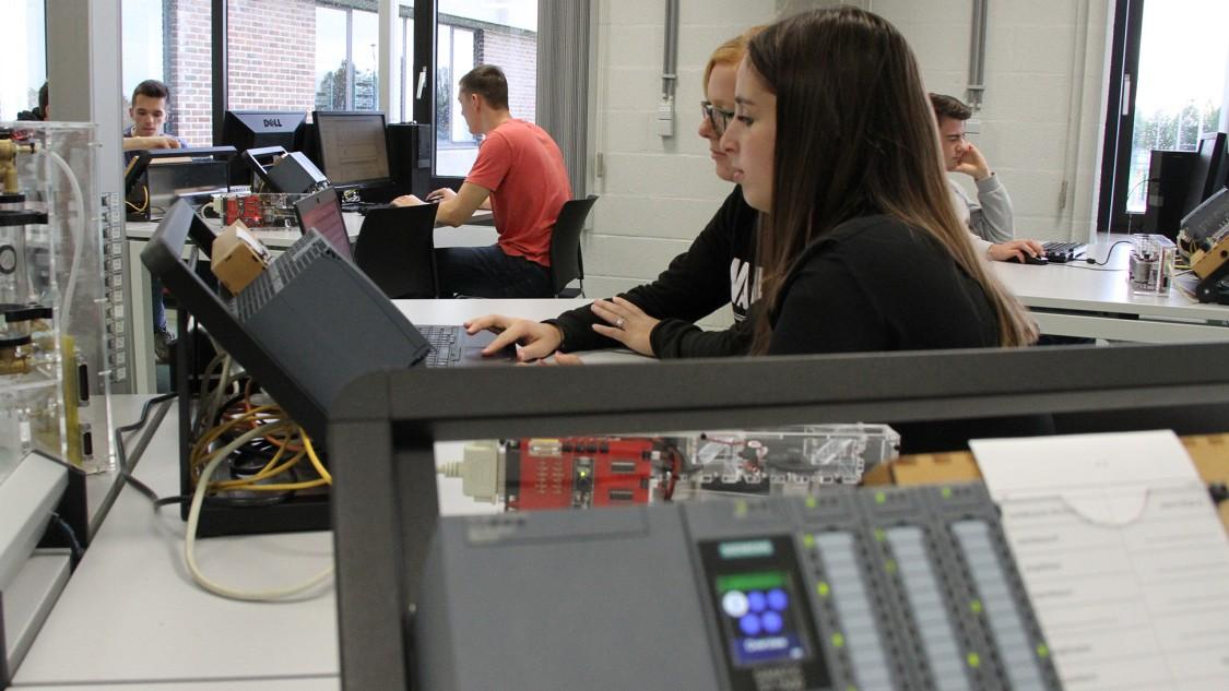 Les étudiants du campus Thomas More déploient leurs talents dans un labo PLC innovant