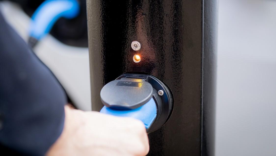 Aufladen eines Elektroautos an einer Strassenlaterne in Maida Vale.