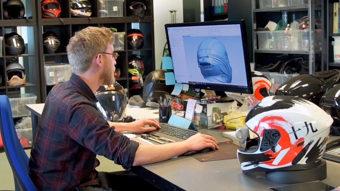 Inżynier Alexandre Gilbert używa oprogramowania NX do projektowania i optymalizacji wyglądu kasku