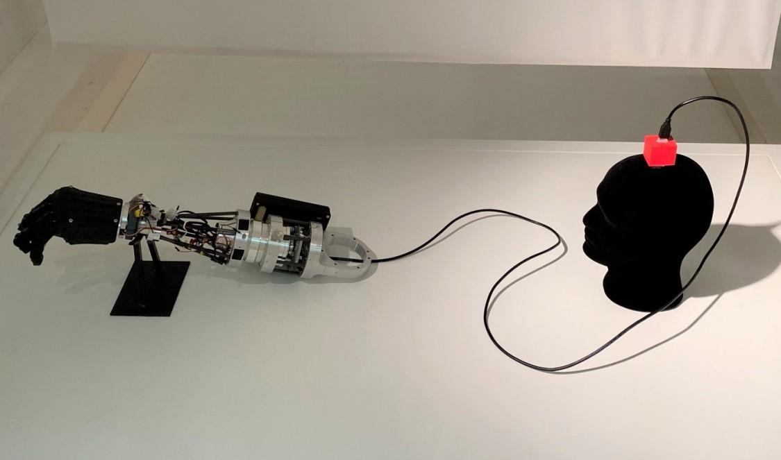 Die Ausstellung erforscht die Verbindung von Mensch und Maschine