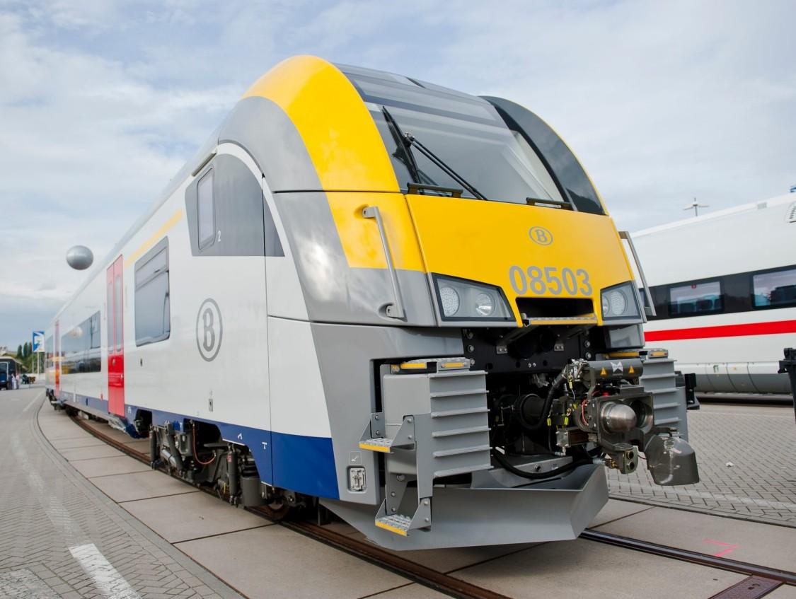 305 trains Desiro ML AM08 circulent dans le paysage ferroviaire belge