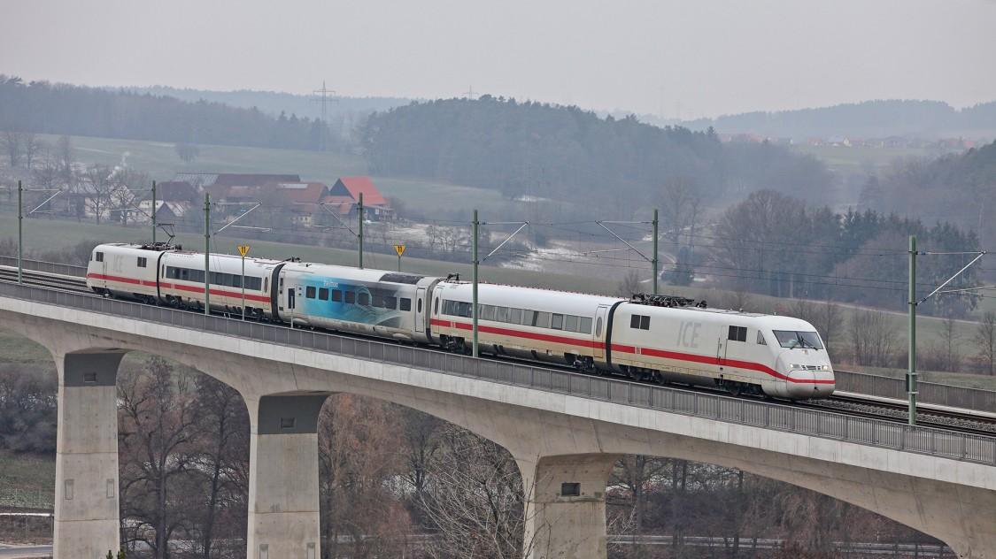Testwagen des Velaro Novo im Einsatz zwischen bestehende Zugwagen gekoppelt auf einer Brücke
