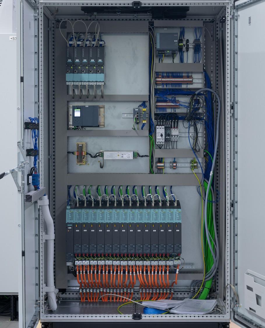 Bild Schaltschrank mit SIMATIC S7-1500T Controller und SINAMICS S120 Umrichter