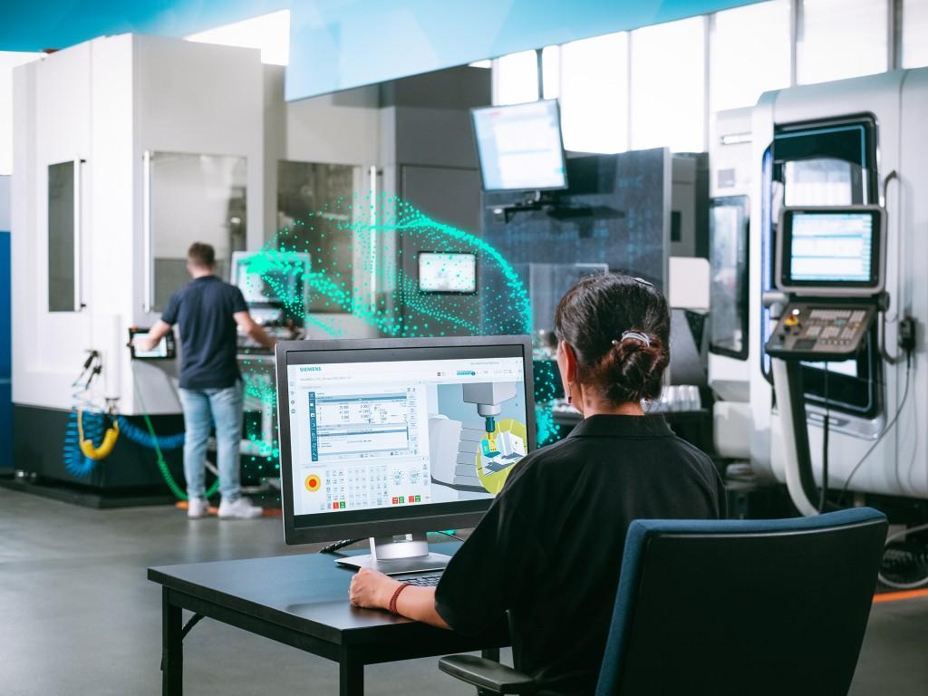 """Siemens erweitert das Angebot rund um die """"Digital Native"""" CNC Sinumerik One. Mit dem digitalen Zwilling der Zerspanung, Run MyVirtual Machine, kann das NC-Programm virtuell am Computer simuliert, getestet und eingefahren werden."""