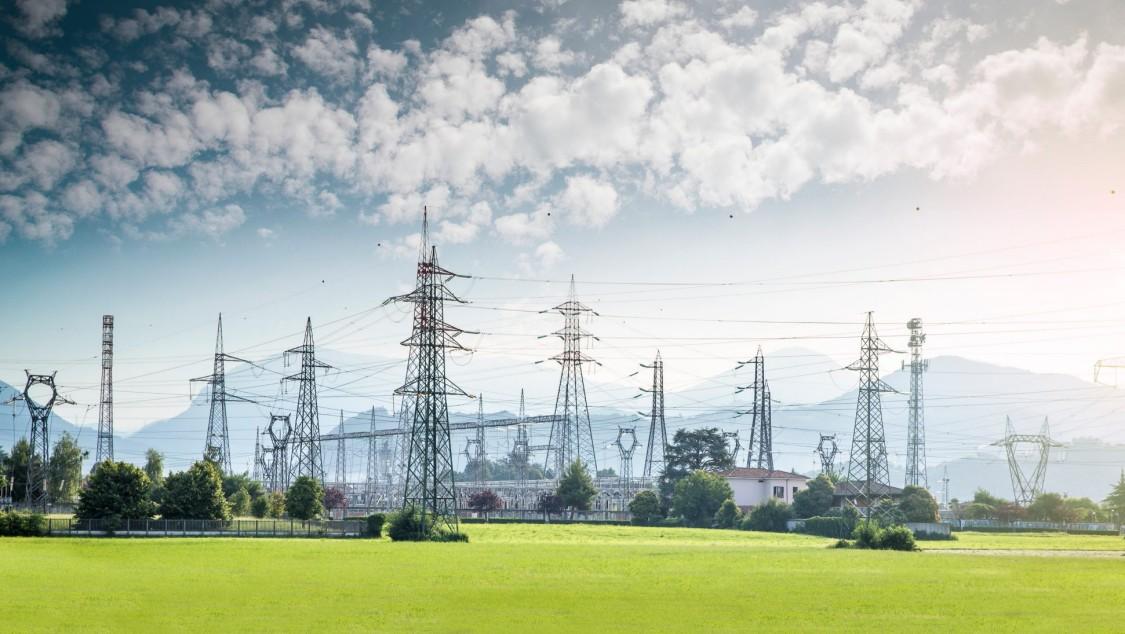 Dieses Bild zeigt Stromleitungen, die den Übergang der Elektrizitätswirtschaft zu einem intelligenteren Stromnetz andeutet.