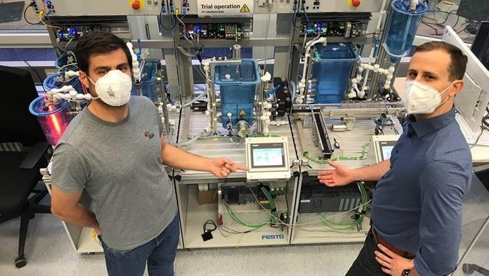 Andrés Botero Halblaub (izq) y Benjamin Lee (der)  en el Digital Twin lab
