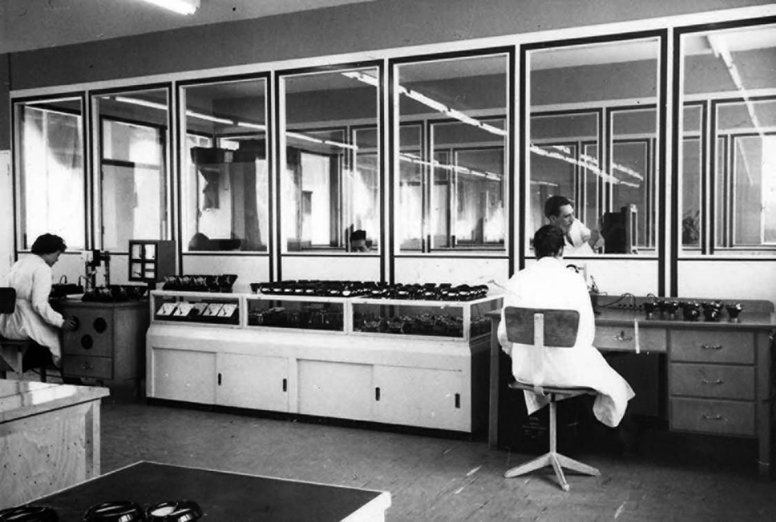 Totalmente absorto en el trabajo - Montaje de instrumentos de medición en Getafe, 1962