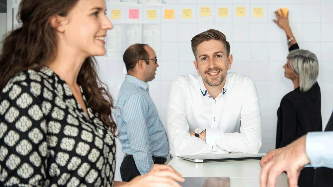 Arbeiten bei Siemens -  Ein Mann zeigt, wieso es für große Unternehmen endlich an der Zeit ist, Querdenker nicht mehr zu fürchten, sondern sie zu unterstützen.