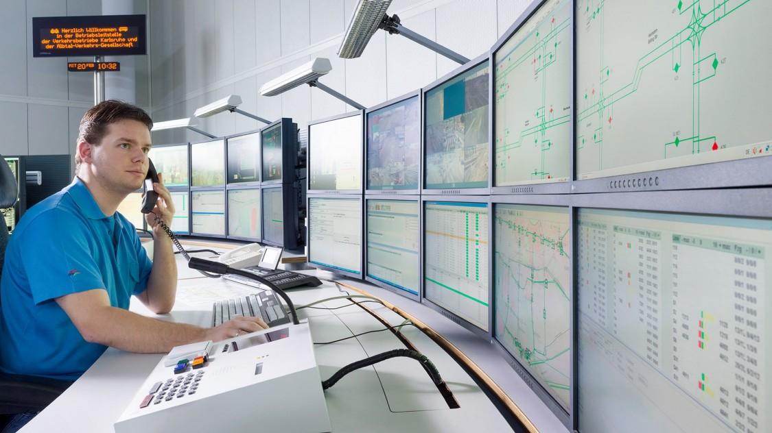 Ein Experte prüft den Betriebsstatus eines Bahnsystems