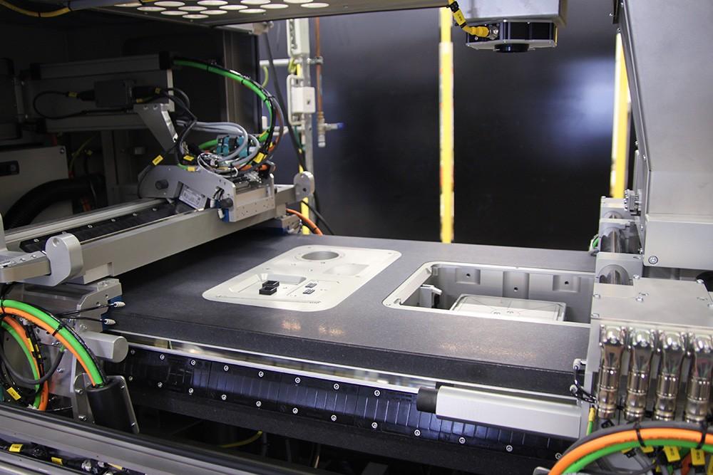 3D-printmaskinen DM P2500 printar upp till 100 cm³/h. Varje gång ett lager metallpulver läggs ut med bläckstråleskrivaren sjunker bordet 42 µm inför nästa lagerpåfyllning.