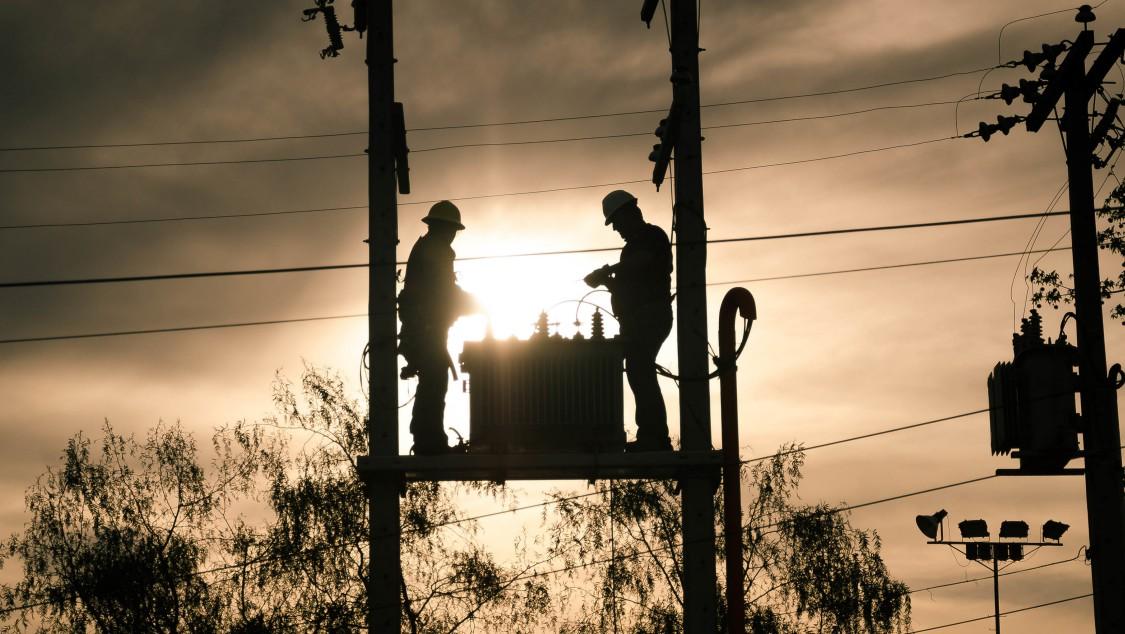 Direkt am Strommast montierte Transformatoren sind in vielen Ländern fester Bestandteil im Landschaftsbild.