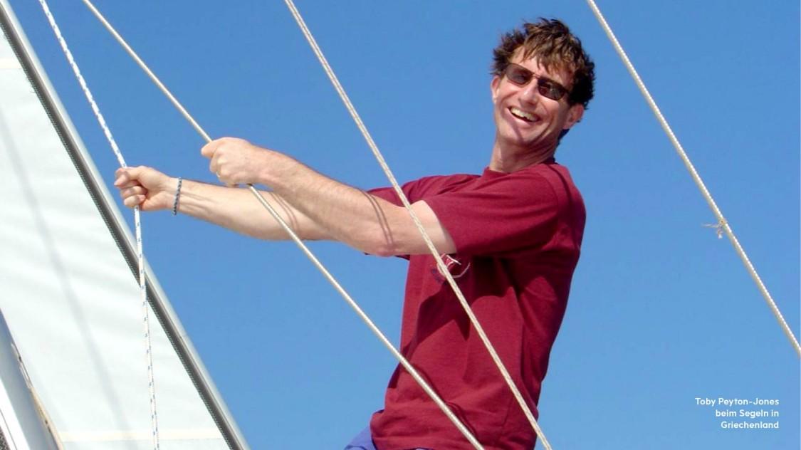 Tobi Peyton-Jones beim Segeln in Griechenland
