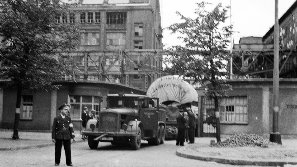 The turbine factory's entrance gate was redesigned during World War II: the right-hand gatehouse directly bordered the assembly hall, obscuring part of the courtyard façade