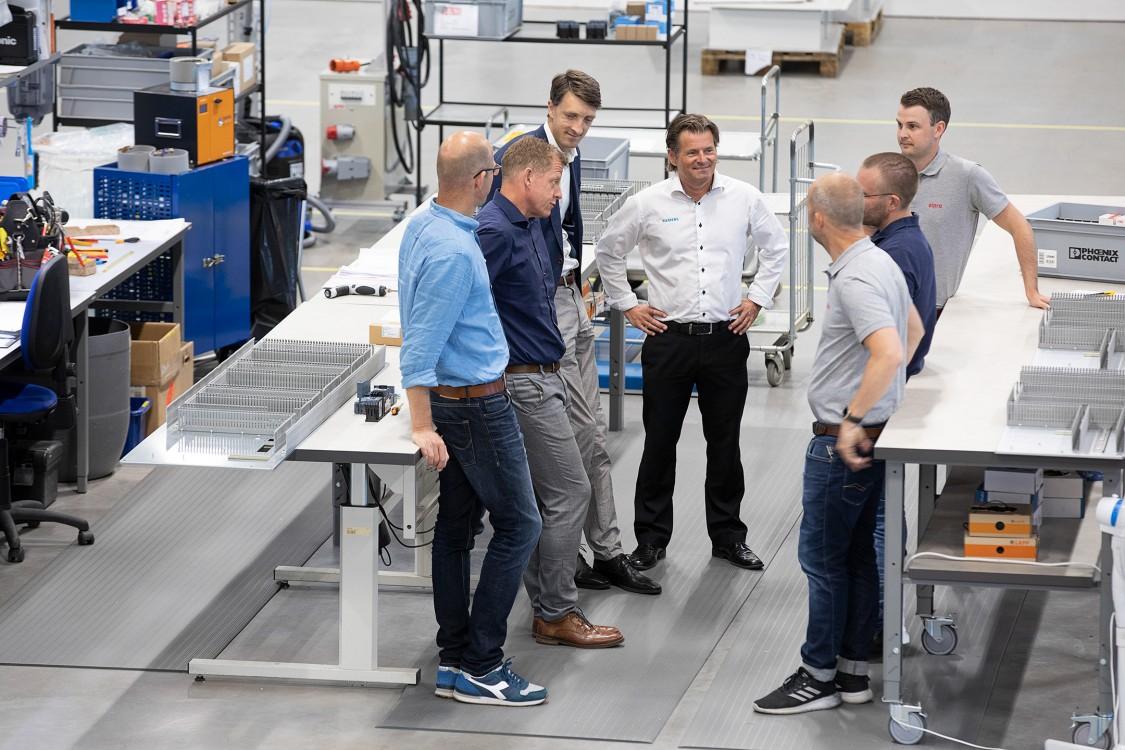 Christian Fischer, säljspecialist på Siemens, Daniel Bodewall, chef för affärsenheten Electrical Products på Siemens, Martin Lindstedt, försäljningschef på Siemens, Peter Henriksson, försäljningsingenjör på Siemens, Henrik Karlsson, marknads- och säljchef på Elpro, Jesper Ottoson, vd på Elpro, och Joel Hofgren, säljare på Elpro.