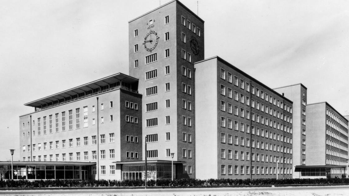 """Echoing the brick buildings in Siemensstadt – Erlangen's """"Raspberry Palace,"""" 1957"""