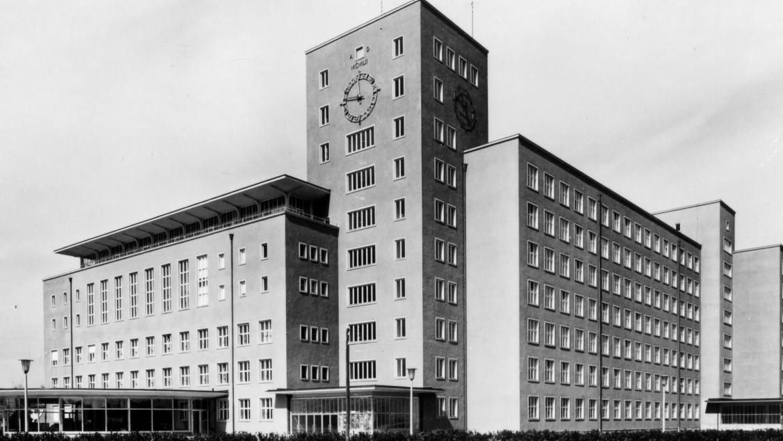"""Anleihen an die Backsteinbauten der Siemensstadt – der """"Himbeerpalast"""", Erlangen 1957"""