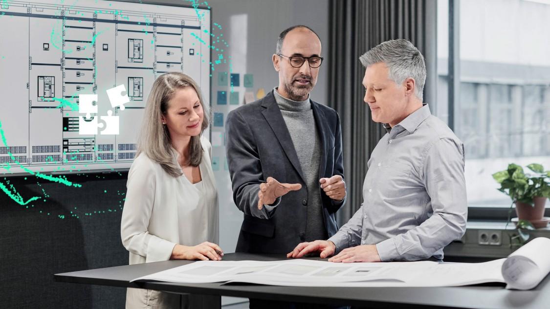 Drei Personen im Gespräch an einem Stehschreibtisch; auf einem vor ihnen liegenden Projektplan schwebt ein stilisiert-digitaler offener Leistungsschalter 3WA