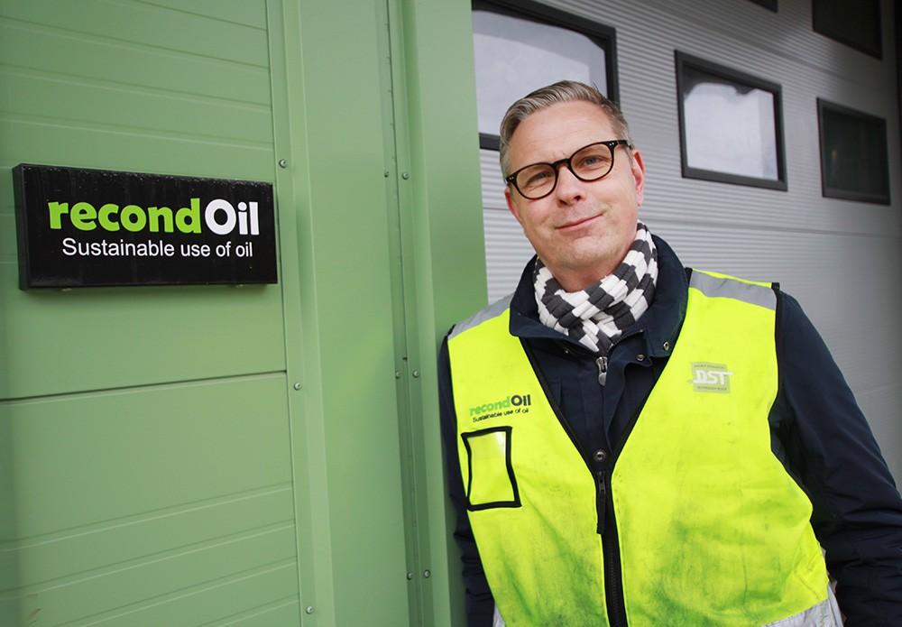 """""""När det gäller specifika oljor för specifika områden inom industrin når vi en renhet som ingen annan når"""", säger Jan Engerstam, marknadsansvarig på Recondoil. Med Recondoils revolutionerande oljereningsanläggning Rocco Slop kan Ragn-Sells i sitt nya Oil Recovery Center ta emot upp till 20 miljoner liter spillolja per år och göra den så ren och höggradig att den kan användas igen."""