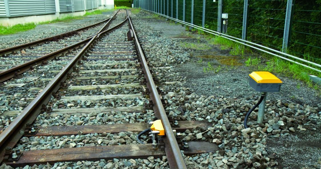 Eisenbahngleis mit Weiche und streckenseitigem signal