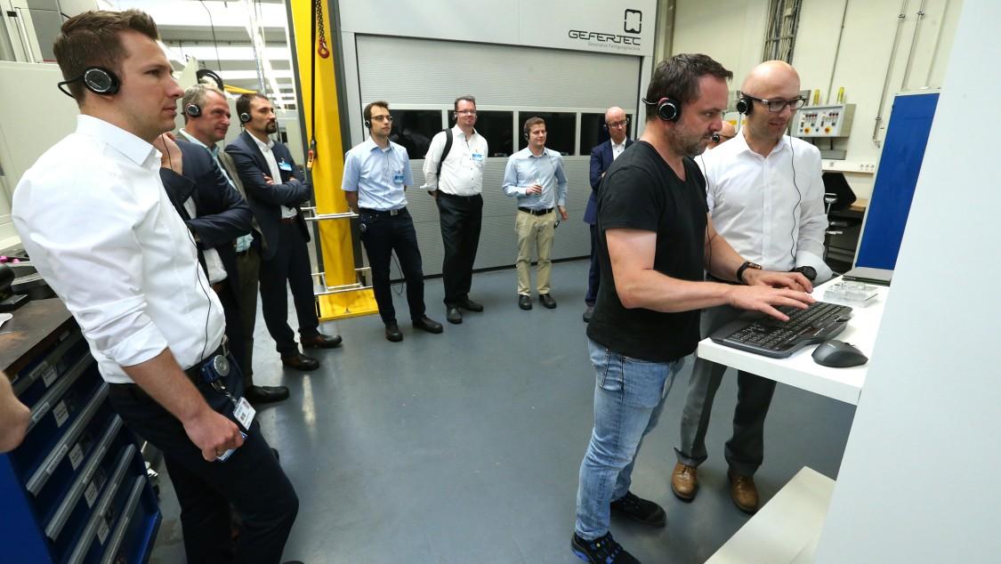 Technische Gespräche mit dem Kunden in der realen Fabrik zu realen Daten