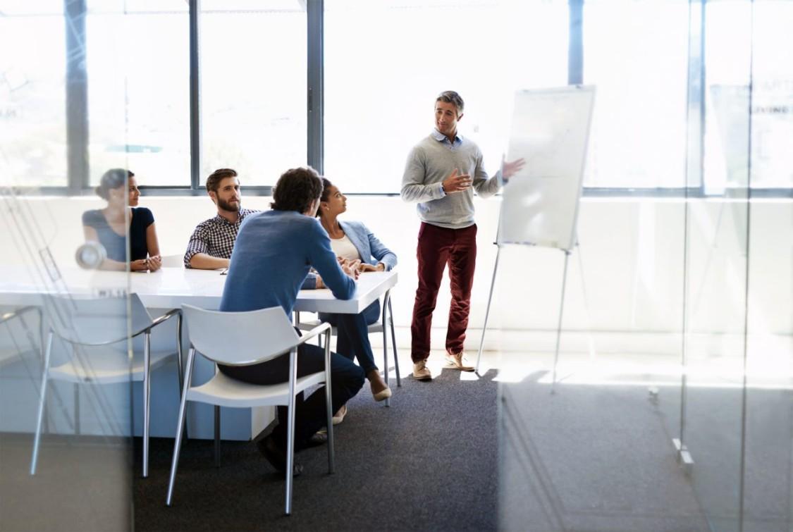 Fachleute besprechen RUGGEDCOM Cybersecurity-Lösungen von Siemens.