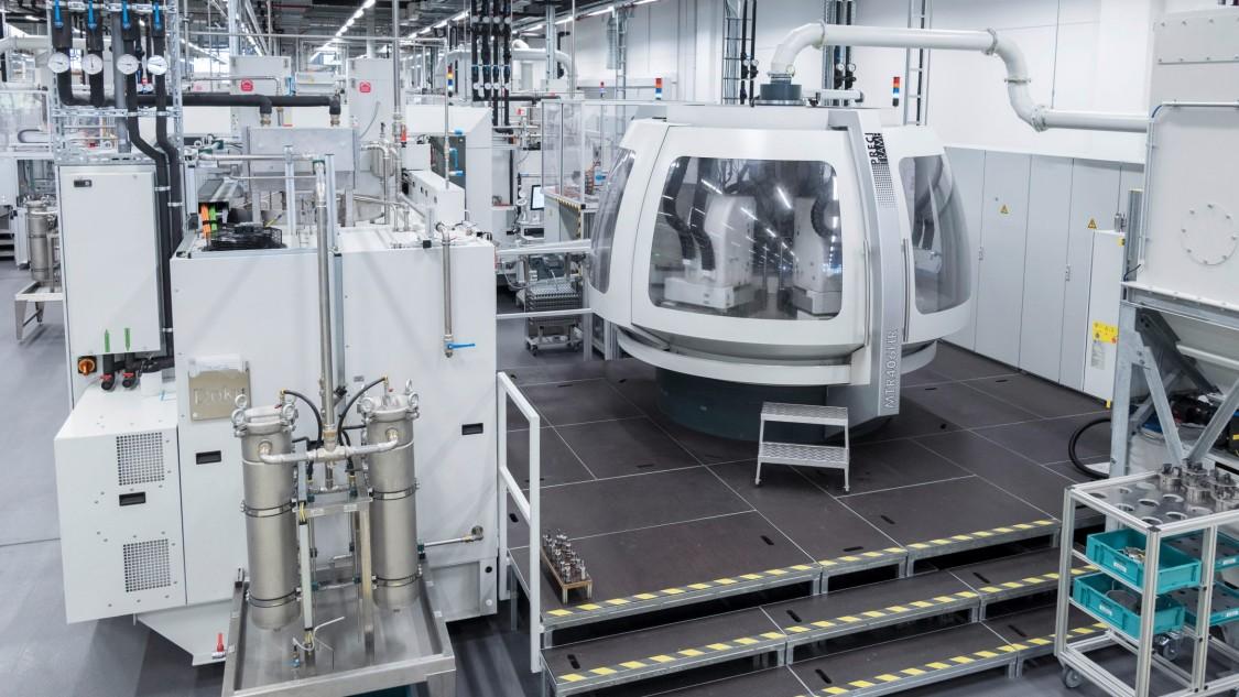 Bilder einer modernen Fertigungsanlage im Maschinenbau