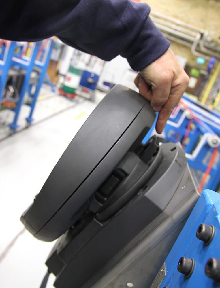 När den trådlösa panelen sätts i sitt fäste används den som vanlig stationär panel. Rfid-tagg sitter bakom.
