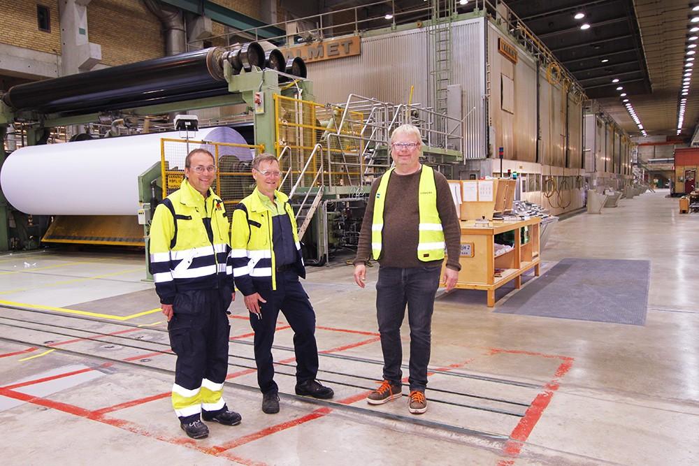 Tord Andersson och Bo-Göran Nilsson från Stora Enso med Siemens projektledare Joakim Grenmarker vid pappersmaskin 2.
