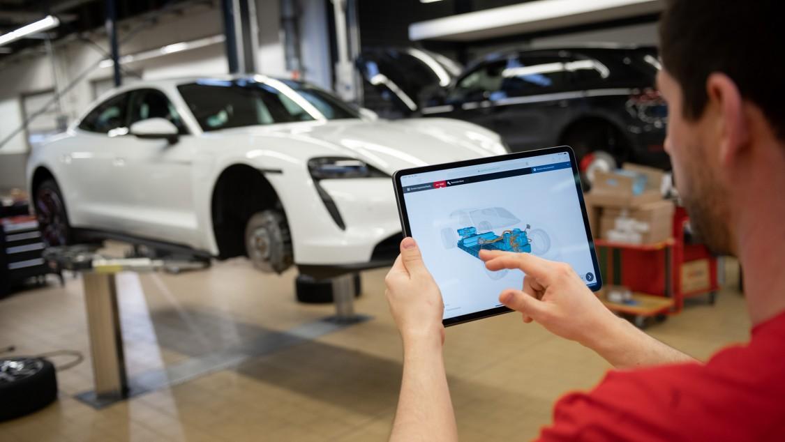 Hält der Servicemitarbeiter sein Tablet vor das Fahrzeug, werden ihm die animierten 3D-Daten des betreffenden Fahrzeugteils eingeblendet