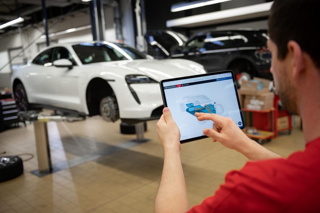 Lorsque le technicien de réparation tient sa tablette devant le véhicule, une illustration en 3D des différentes pièces s'affiche à l'écran.