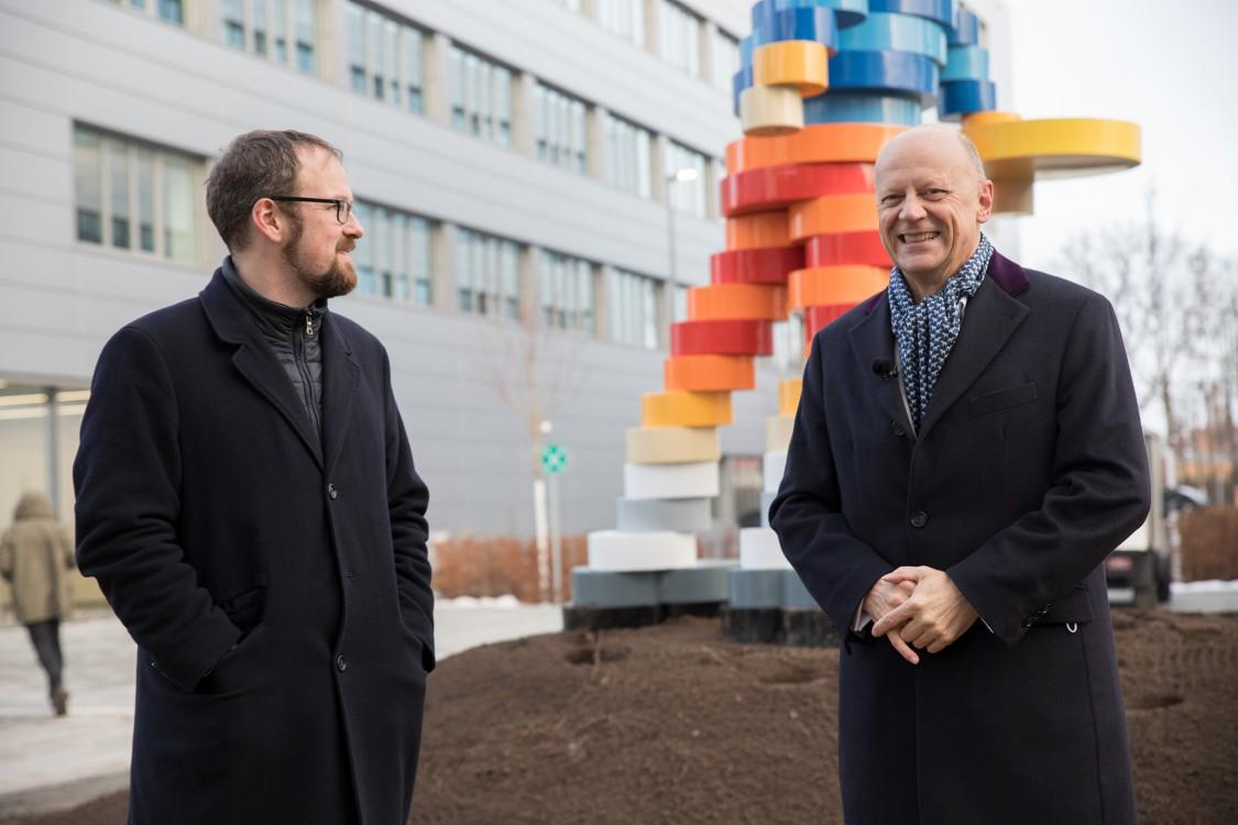 Erlangens Oberbürgermeister Dr. Florian Janik und Siemens-Finanzvorstand Prof. Dr. Ralf P. Thomas stehen vor dem Kunstwerk