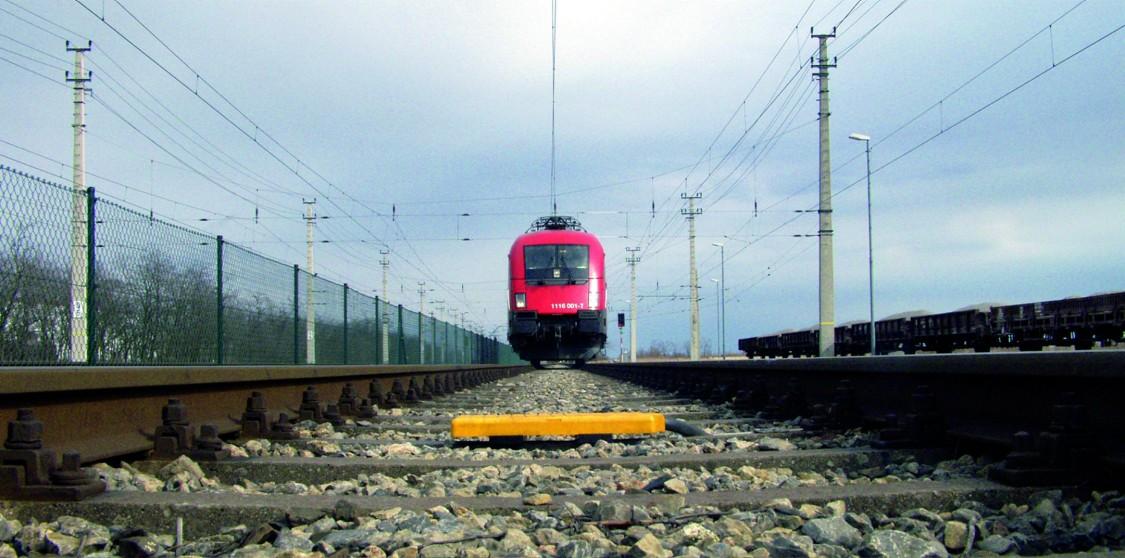 herannähender Zug fährt über eine Balise zu