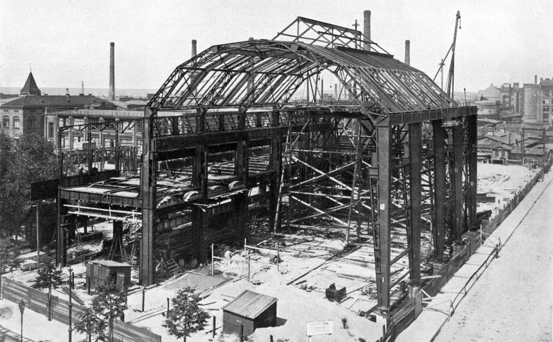 Der seinerzeit größte Eisenbau Berlins nimmt Gestalt an – Errichtung der Turbinenhalle an der Hutten-, Ecke Berlichingenstraße, Mai 1909
