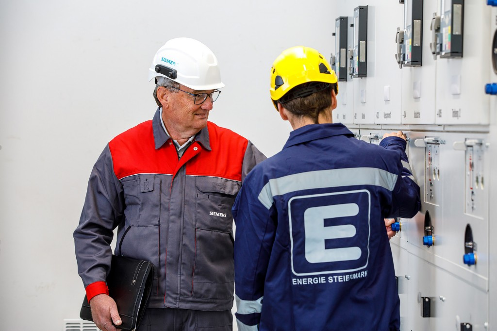 Die Energie Steiermark Gruppe setzt auf nachhaltige und zukunftssichere Energieverteilung von Siemens und installiert eine Mittelspannungsschaltanlage mit Clean Air-Technologie im Umspannwerk Münichtal in der Steiermark, Österreich. Das klimaneutrale Isolationsgas Clean Air ersetzt Fluorgase und besteht aus natürlichen Bestandteilen der Umgebungsluft.