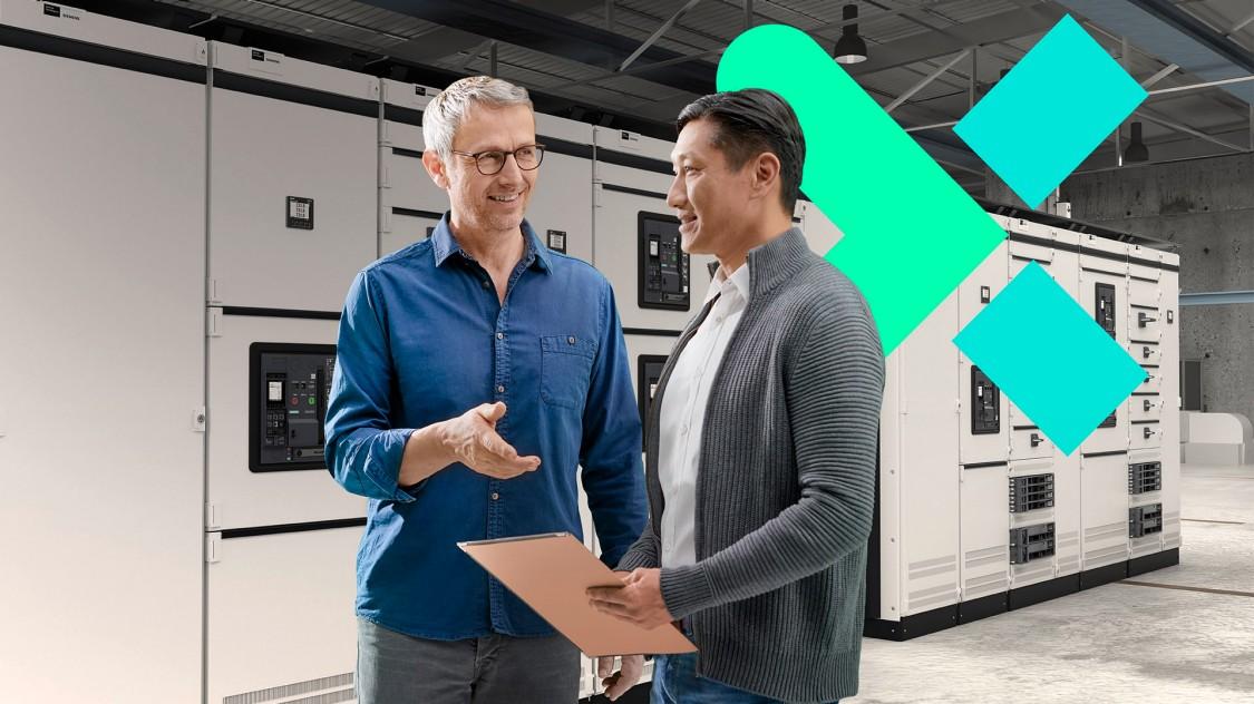Zwei Männer im Gespräch vor einem Schaltschrank; ein offener Leistungsschalter 3WA im Hintergrund mit stilisiert digitaler Anmutung symbolisiert die Digitalisierung