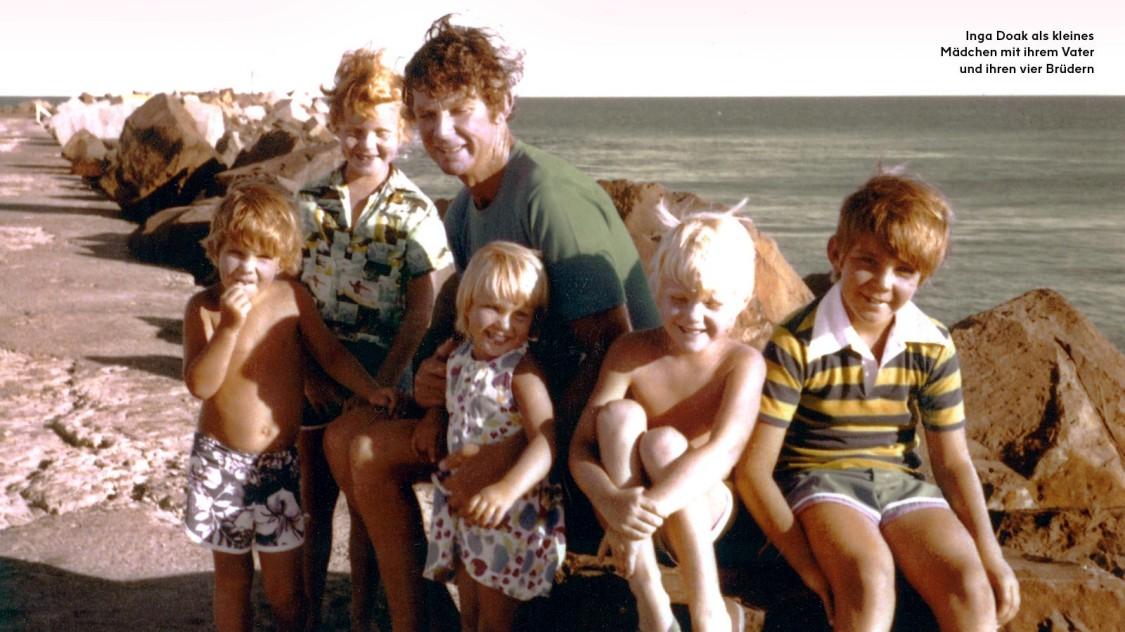 Inga Doak als kleines Mädchen mit ihrem Vater und ihren vier Brüdern