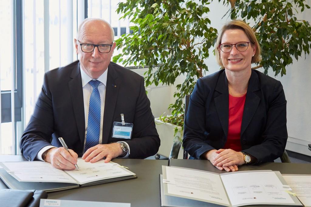 Edgar Eiser und Dr. Stefanie Huber gemeinsam bei der Vertragsunterschrift