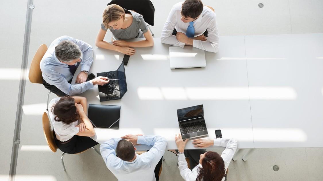 Biuro, widok z góry oraz widok pracujących ludzi