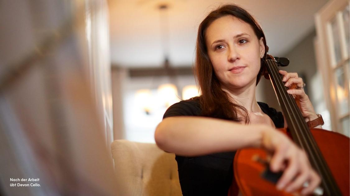 Nach der Arbeit übt Devon Cello