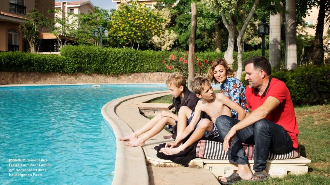 Mai-Britt geniesst ihre Freizeit mit ihrer Familie am Beckenrand ihres hauseigenen Pools