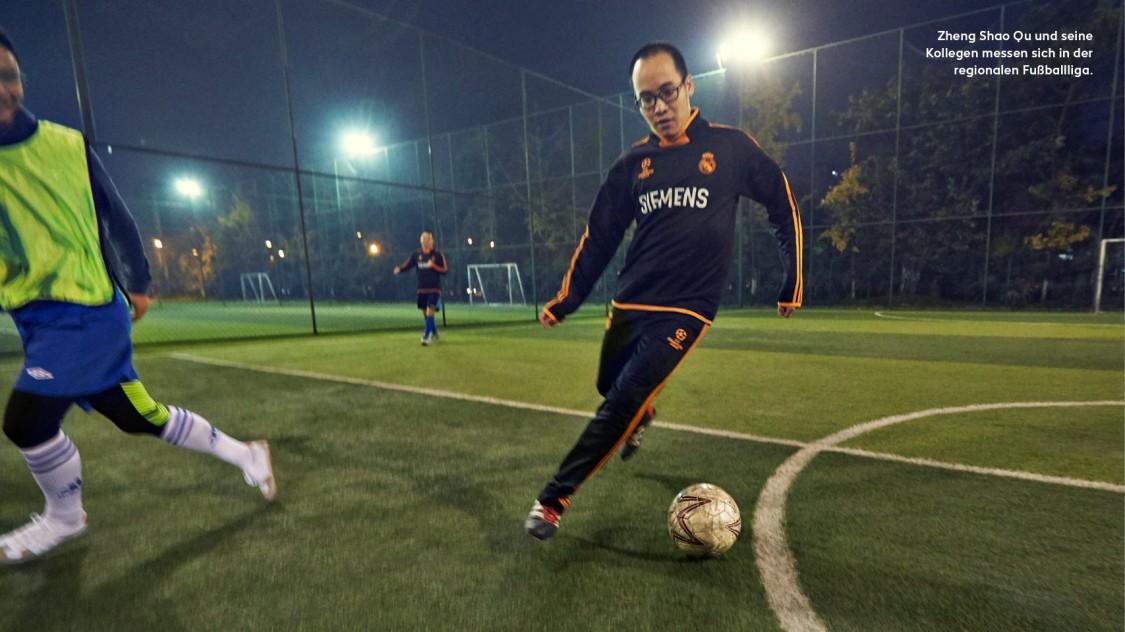 Zheng Shao Qu und seine Kollegen messen sich in der regionalen Fussballliga