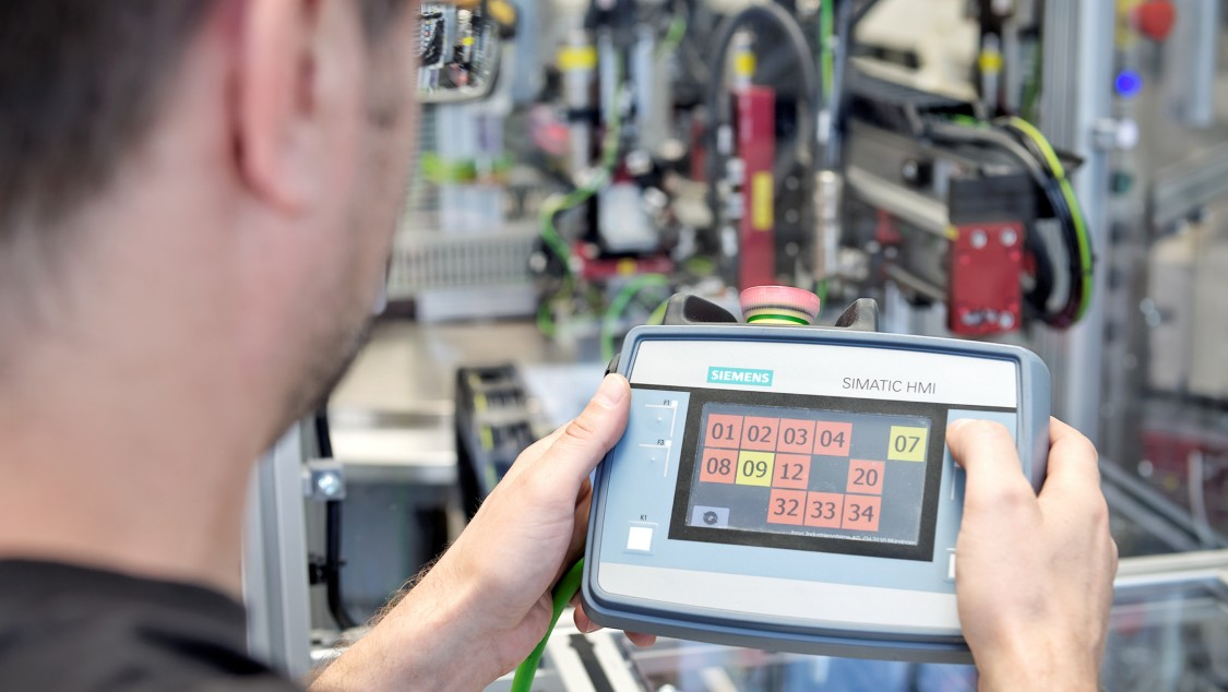 SIMATIC HMI KTP400F Mobile is used in the assembly system for the smoke detectors