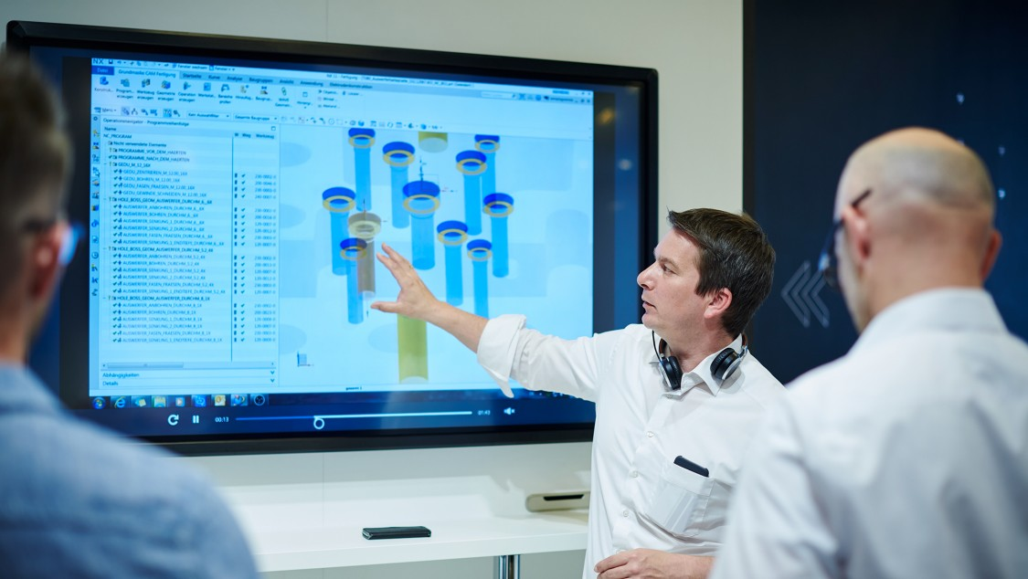 Peter Zech explains the real data of the factory on showroom screen