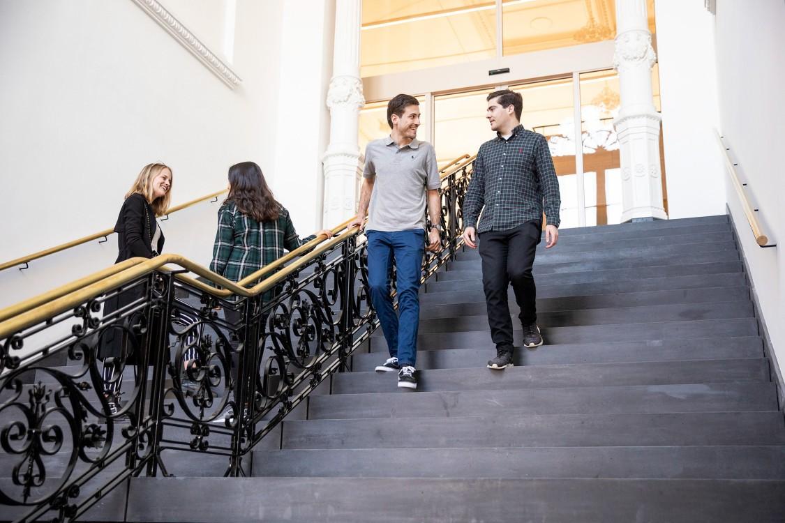 Royale entreehal met smeedijzeren traphek beursgebouw Leeuwarden