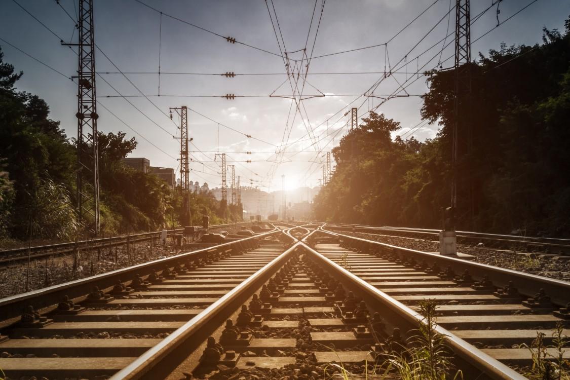 Weichenstellsystem von Siemens auf einer Bahnstrecke mit Sonnenuntergang im Hintergrund
