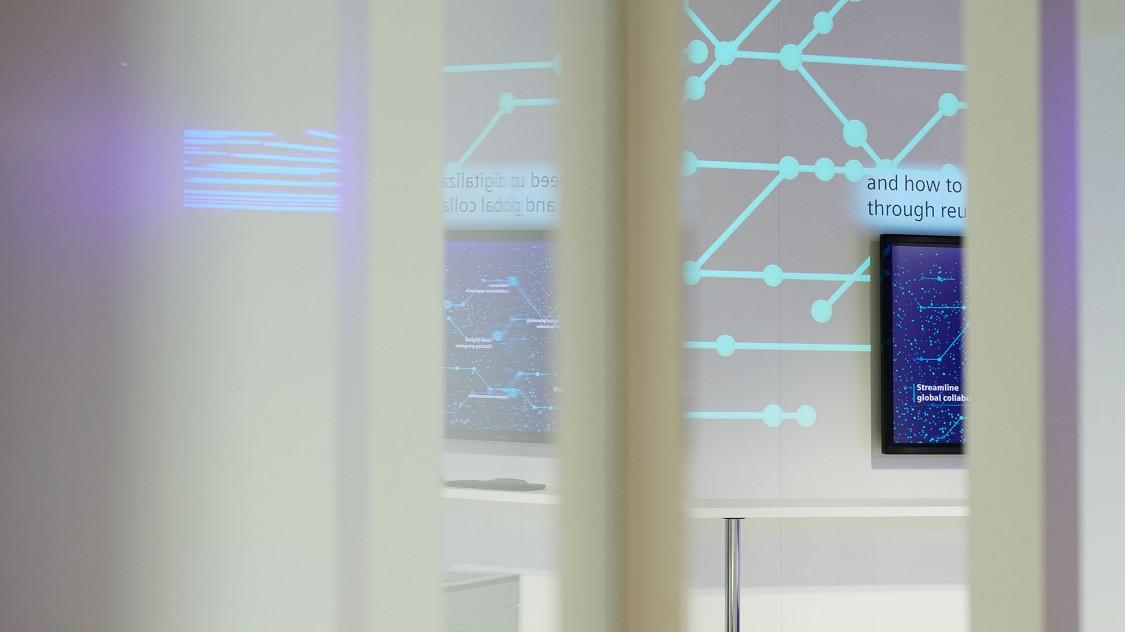 Zwischen unscharfem Vordergrund ist teilweise ein Raum der Arena der Digitalisierung zu erahnen.