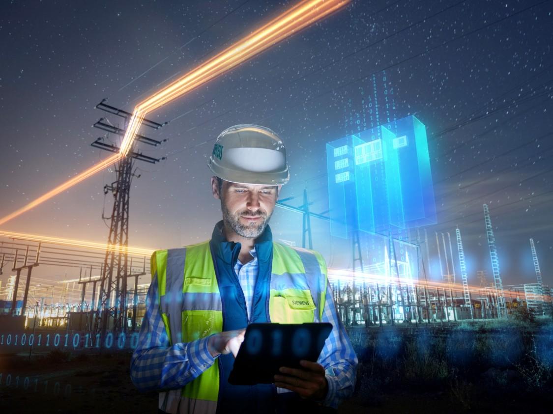 Ein Servicetechniker unter einem Strommast überprüft robuste Kommunikationsgeräte für die Stationsautomatisierung.