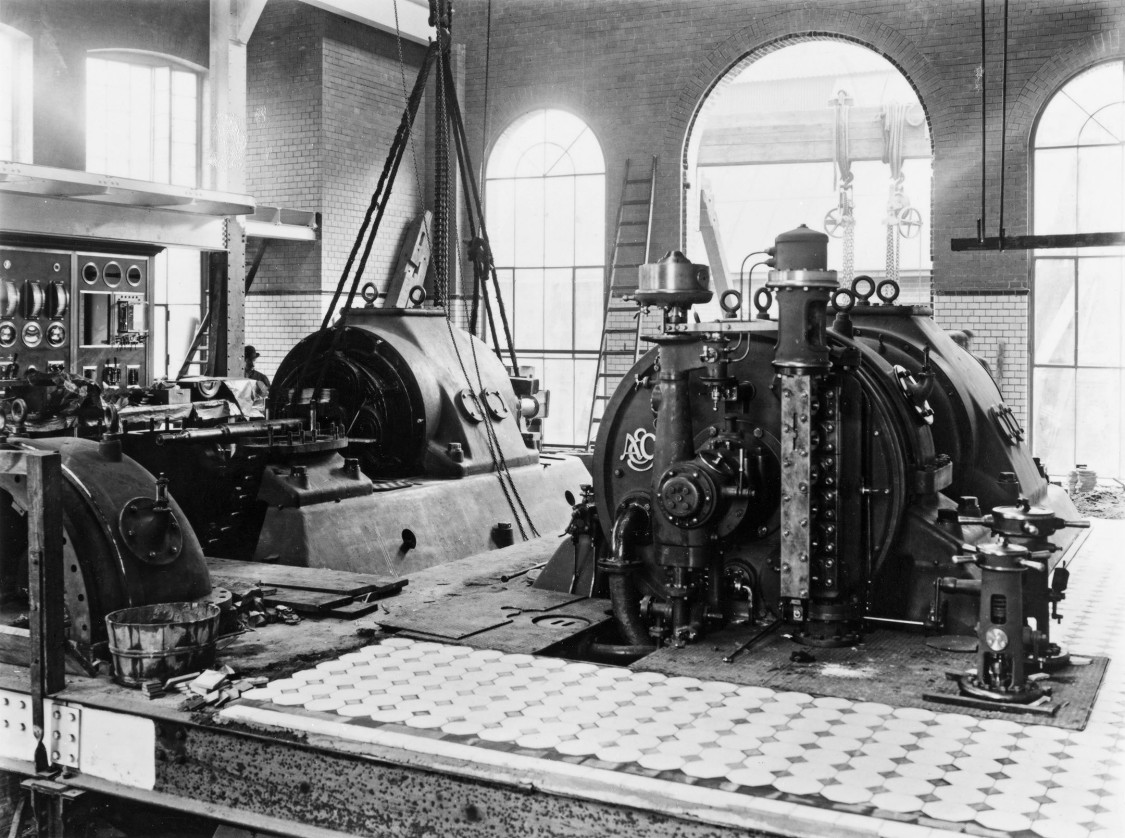 Überzeugt durch Einfachheit, Übersichtlichkeit und Helligkeit – der Maschinenraum der Kraftzentrale, 1908