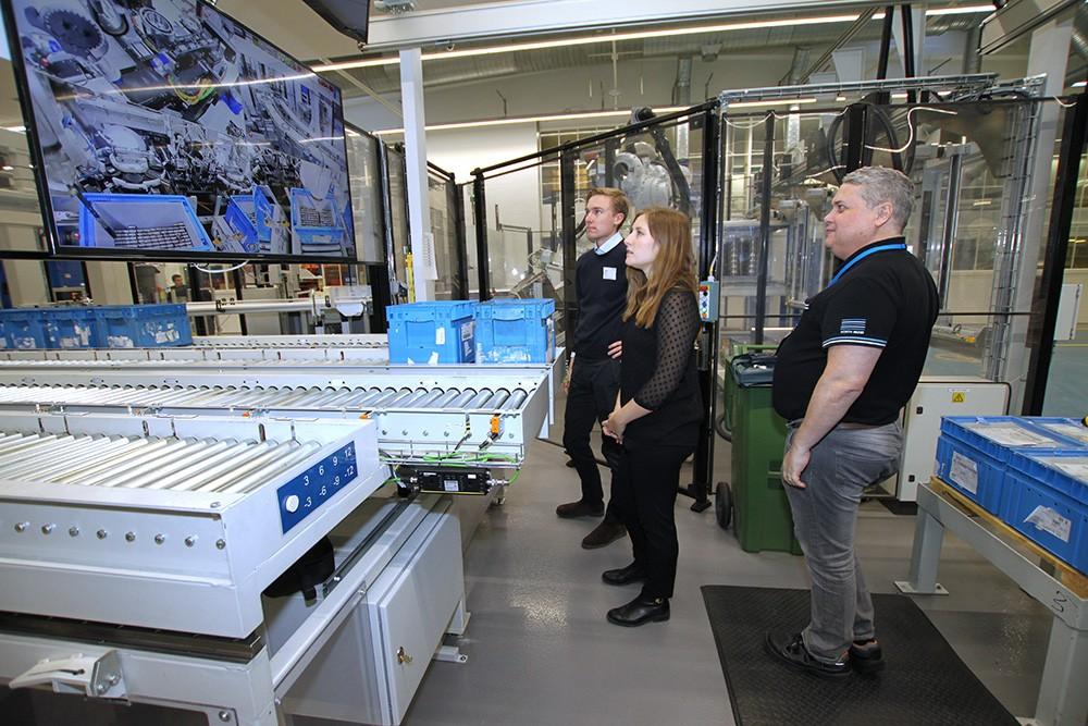 Filip Beijbom och Josephine Zetterman, då traineer på Siemens, studiebesöker SKF:s uppkopplade fabrik där Jan Ek är processutvecklare. Eftersom produktionen går dygnet runt har de nya flödena byggts upp steg för steg parallellt och allteftersom ersatt de gamla linjerna.