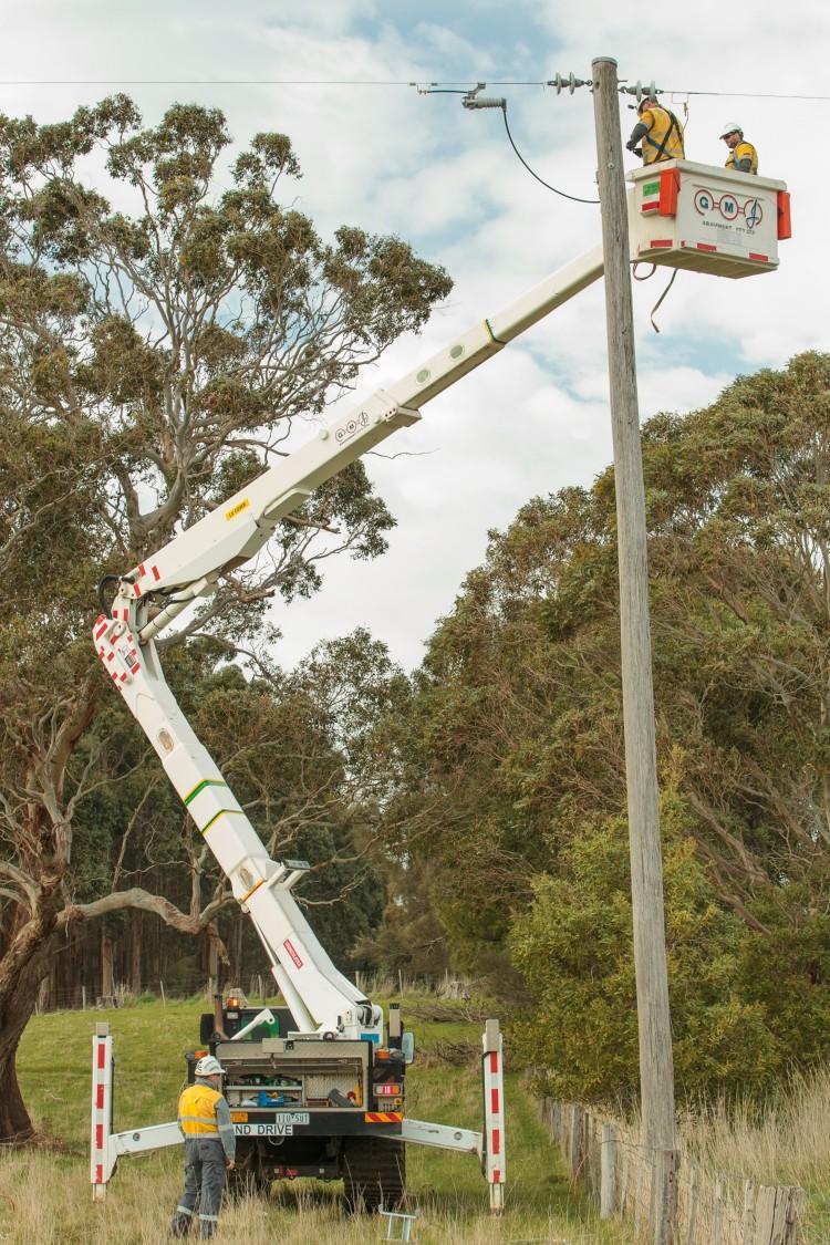 Mitarbeiter von Powercor installieren Fusesaver im Bundesstaat Victoria.